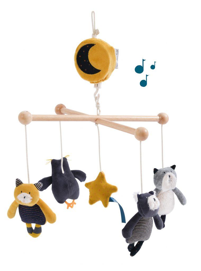 Mobile musical avec bras articulé en bois et mécanisme musical qui fait tourner les personnages.